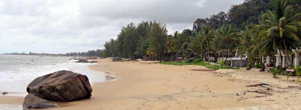 Der Strand von Khao Lak bei bedecktem Himmel