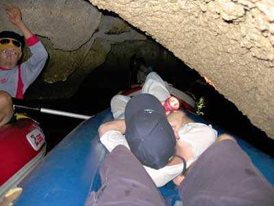 In der Kajakschlange durch enge Höhlen.